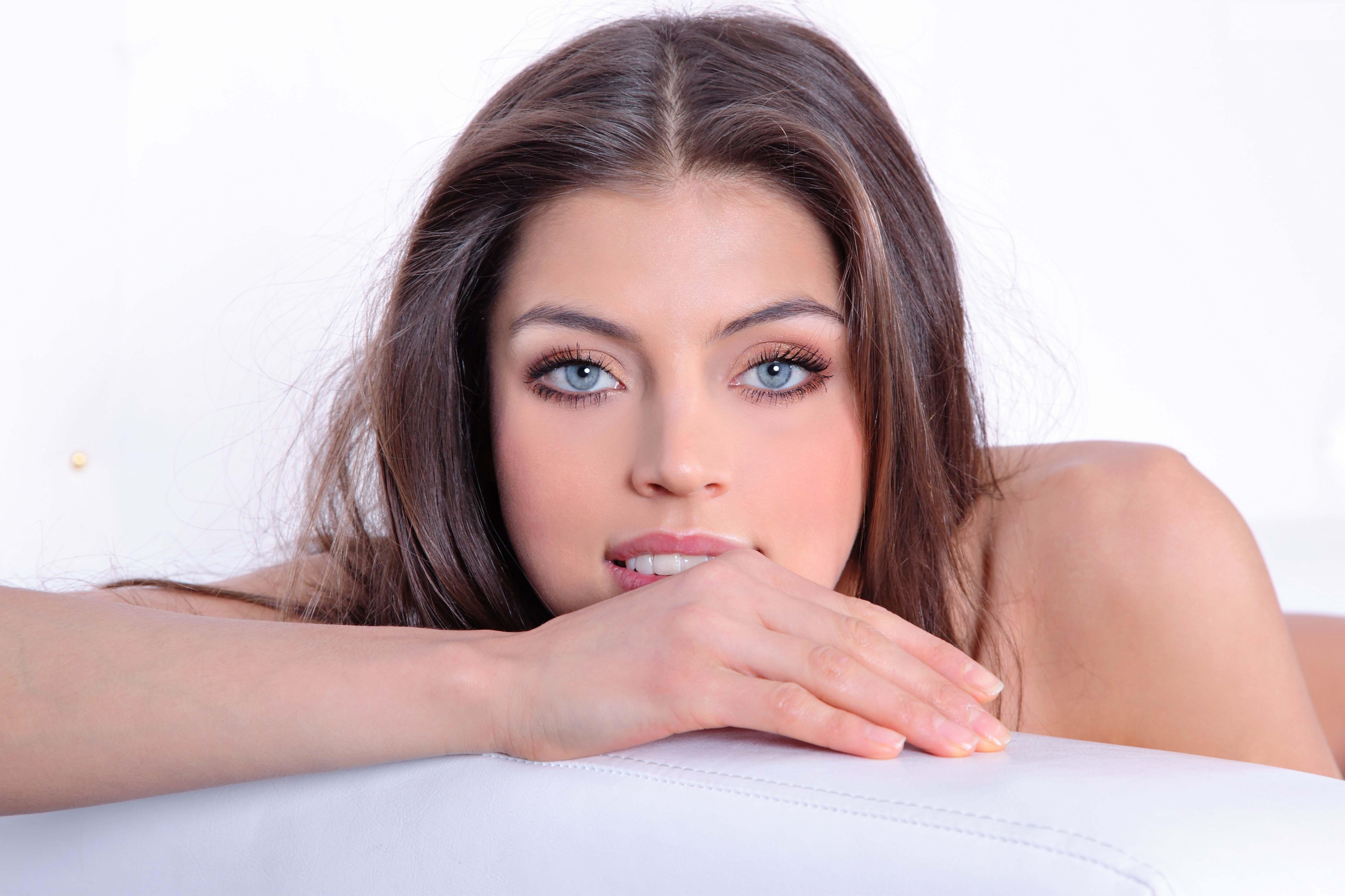 Beautiful blue eyed brunette nude — img 9