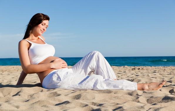 Picture beach, brunette, pregnancy