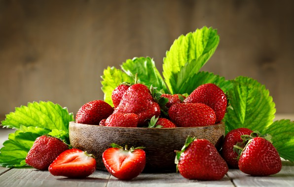 Picture leaves, berries, strawberry, juicy