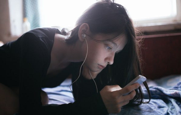Picture girl, headphones, smartphone, Artur Bashirov, ɐнɔɐdʞǝdu qнεиЖ