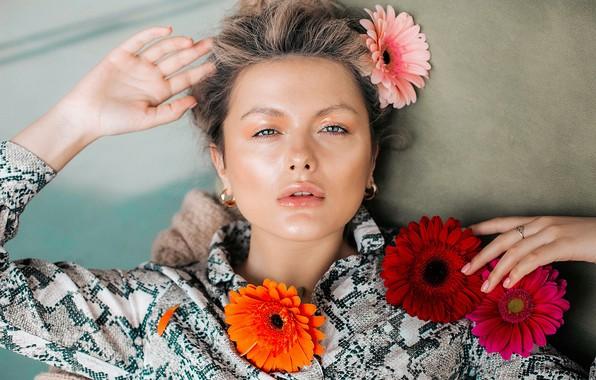 Picture look, girl, flowers, face, mood, portrait, hands, gerbera, Svetlana Gosteva