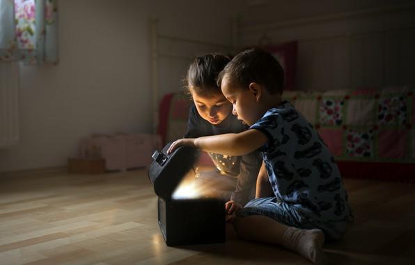 Picture children, mystery, box