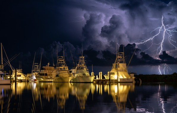 Picture night, lightning, yachts