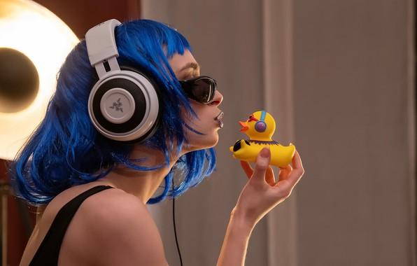 Picture girl, headphones, sponge, duck, Guenter Stoehr, Yana and the duck