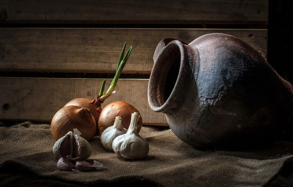 Picture bow, pitcher, garlic