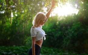 Picture greens, leaves, the sun, trees, branches, sexy, model, shorts, makeup, figure, tattoo, hairstyle, blonde, topic, ...