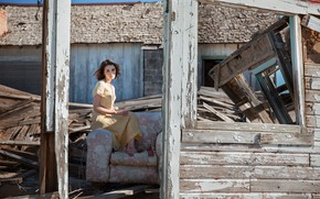 Picture girl, house, ruins