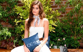 Picture look, girl, pose, model, pillow, beautiful, Taylor Hill