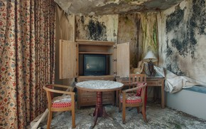 Picture room, chairs, TV