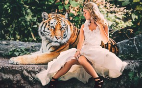 Picture look, face, girl, nature, tiger, pose, stones, each, feet, foliage, earrings, blonde, friendship, shoes, lies, …