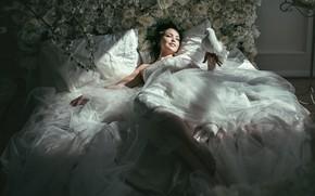 Picture white, girl, rays, light, flowers, pose, smile, room, bird, white, feet, dove, bed, roses, pillow, …
