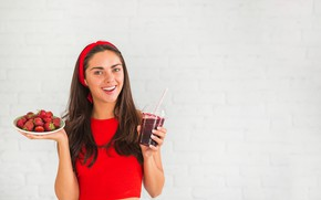 Picture look, girl, glass, pose, smile, background, hands, makeup, Mike, strawberry, berry, juice, plate, hairstyle, headband, …