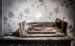 Picture web, dust, record player