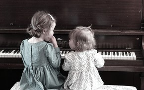 Picture girls, piano, sisters