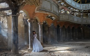 Picture girl, columns, hall