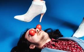 Picture eyes, face, shoes, lies, male, heel, leg, tomatoes, nail, blue background, забивание, протыкание