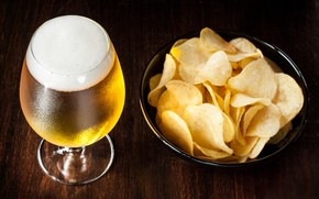 Picture foam, chips, beer, glass