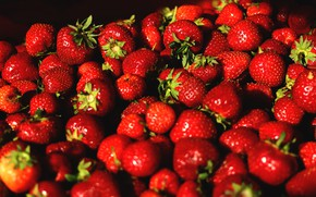 Picture light, berries, the dark background, strawberry, red, a lot, ripe