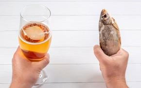 Picture table, glass, beer, fish, hands, Zakus