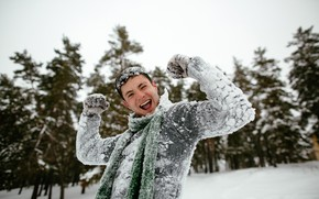 Picture winter, snow, trees, joy, pose, Park, mood, scarf, gloves, guy, sweater, bokeh