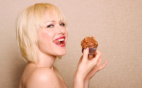 Picture language, look, girl, background, hands, makeup, hairstyle, blonde, cake, licked, keeps, smiling