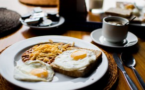 Picture plate, bread, spoon, knife, scrambled eggs