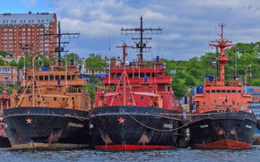 Picture ships, pier, rescuers