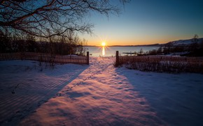 Picture the sun, snow, sunset, traces