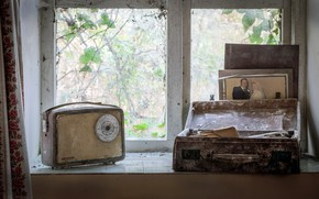 Picture radio, window, suitcase