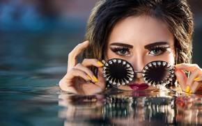 Wallpaper eyes, look, water, girl, face, style, hands, makeup, glasses, manicure, Yuni Cabral