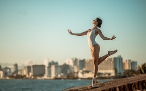 Picture girl, the city, dance