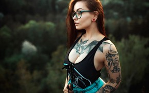 Picture trees, sexy, pose, background, model, portrait, jeans, makeup, Mike, figure, piercing, tattoo, glasses, brown hair, …