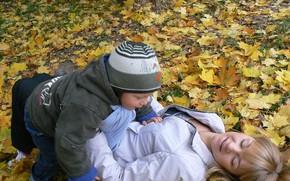 Picture autumn, joy, yellow leaves, child, mom, Belarus, my photo, Olga Pitsunova