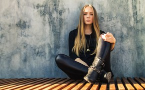 Picture girl, blonde, in the skin, leather trousers