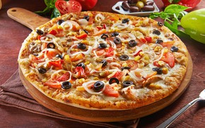 Picture cheese, pizza, tomatoes, olives, bacon
