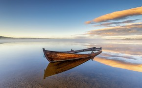 Picture the sky, lake, boat