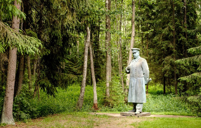 Photo wallpaper trees, monument, sculpture, Stalin, Lithuania, Lithuania, Grūtas Park, The Monument To Stalin, Druskininkai, Druskininkai, Grutas …