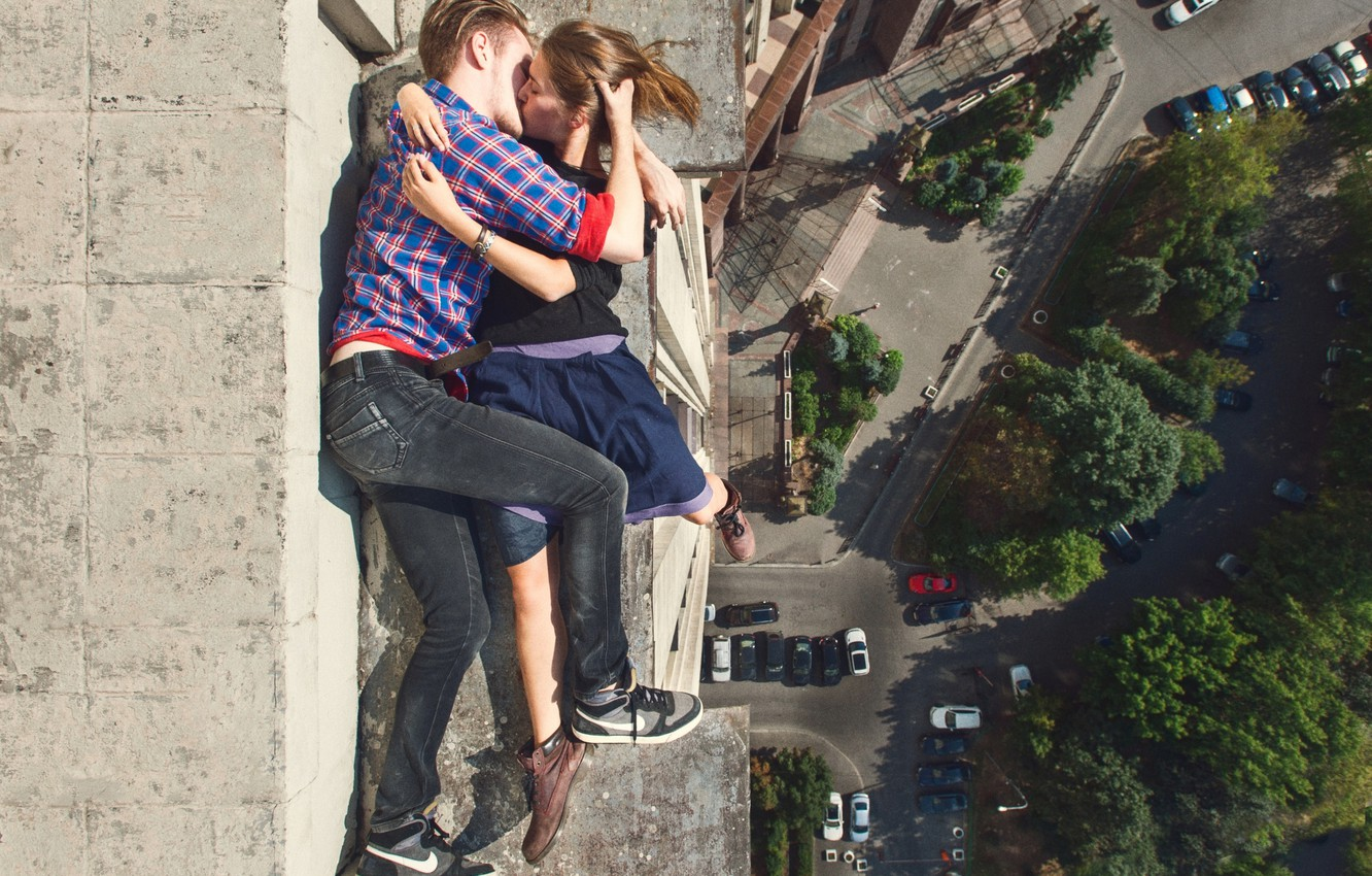 Photo wallpaper love, wall, the building, height, kiss, wall, love, it, on the edge, building, she, on …