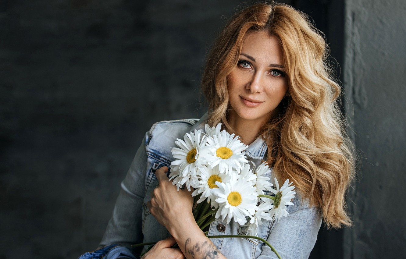Photo wallpaper look, flowers, pose, smile, model, portrait, chamomile, bouquet, hands, makeup, tattoo, hairstyle, beauty, is, redhead, …