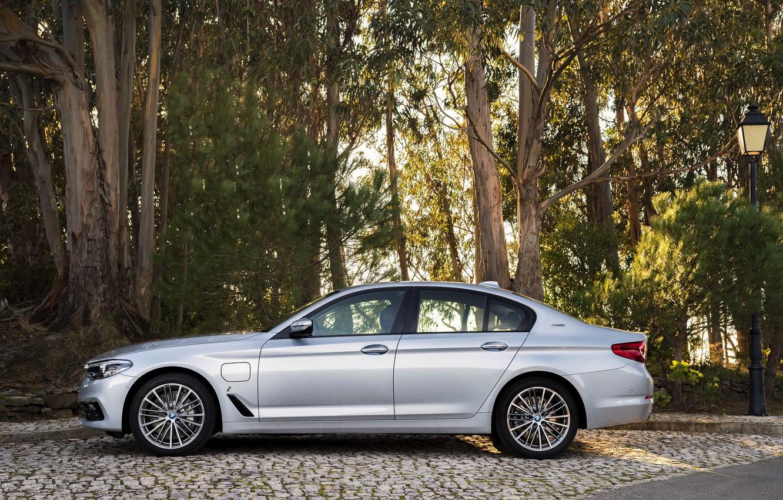 Photo wallpaper grey, BMW, lantern, Parking, sedan, hybrid, 5, four-door, 2017, 5-series, G30, 530e iPerformance