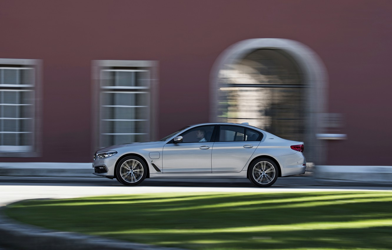 Photo wallpaper grass, grey, lawn, the building, BMW, profile, sedan, hybrid, 5, four-door, 2017, 5-series, G30, 530e …