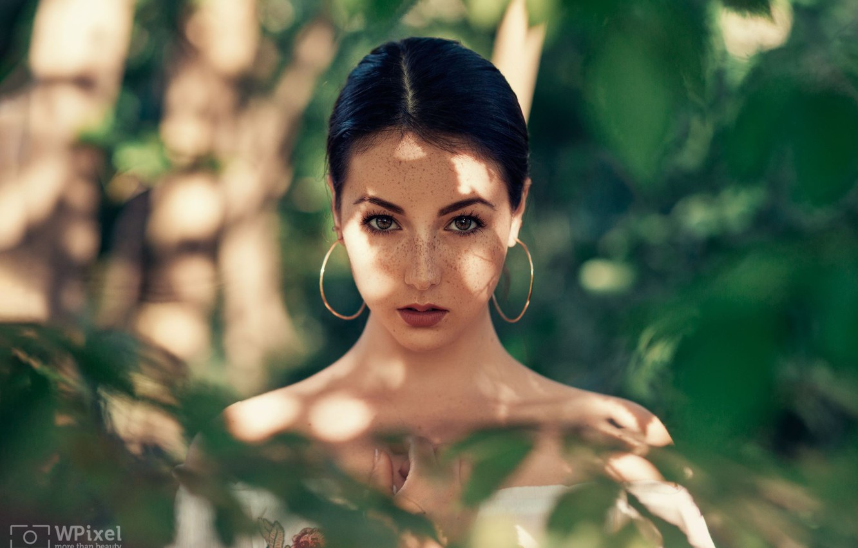 Photo wallpaper greens, look, girl, face, portrait, earrings, freckles, shoulders, Wojtek Polaczkiewicz, Agata Socha