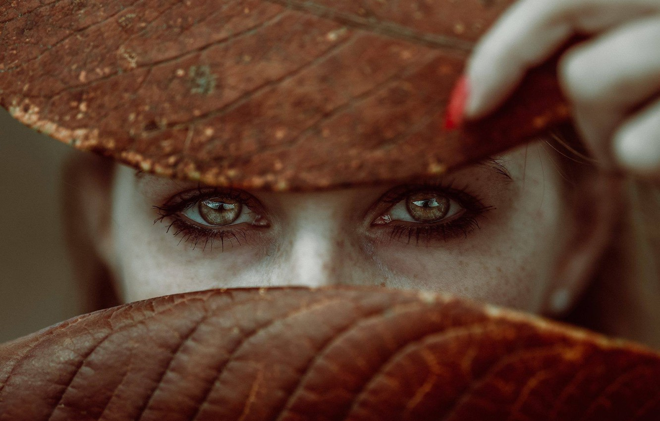 Photo wallpaper eyes, look, leaves, girl, face, mood, freckles, fingers