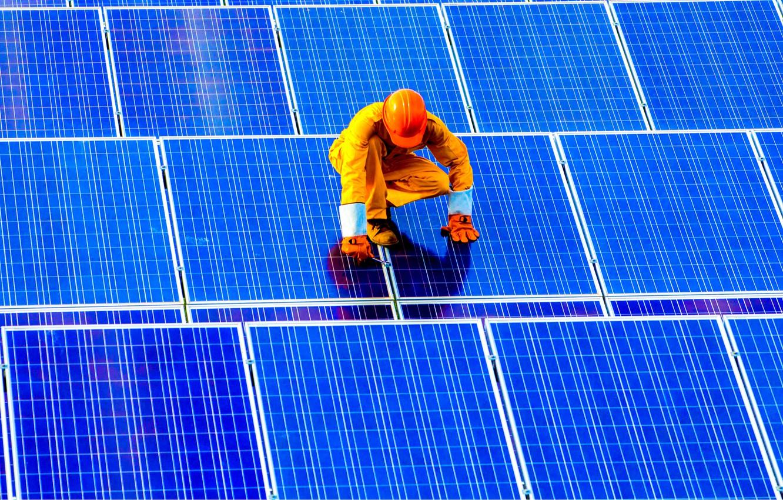 Wallpaper Worker Solar Panels Solar Energy Images For Desktop Section Hi Tech Download