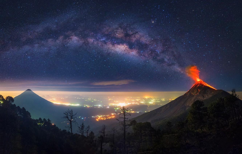 Photo wallpaper city, night, volcan, milkyway, guatemala, tikal