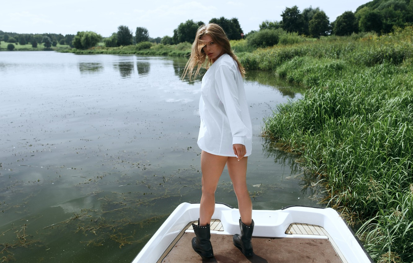 Photo wallpaper grass, look, the sun, trees, pose, river, shore, model, boat, boots, makeup, figure, hairstyle, shirt, …