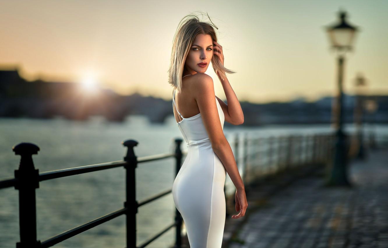 Photo wallpaper look, the sun, pose, river, model, portrait, makeup, figure, dress, hairstyle, blonde, is, promenade, in …