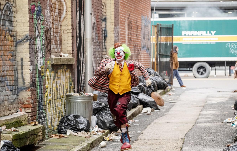 Photo wallpaper street, clown, Joker, runs, Joker, Joaquin Phoenix, Joaquin Phoenix