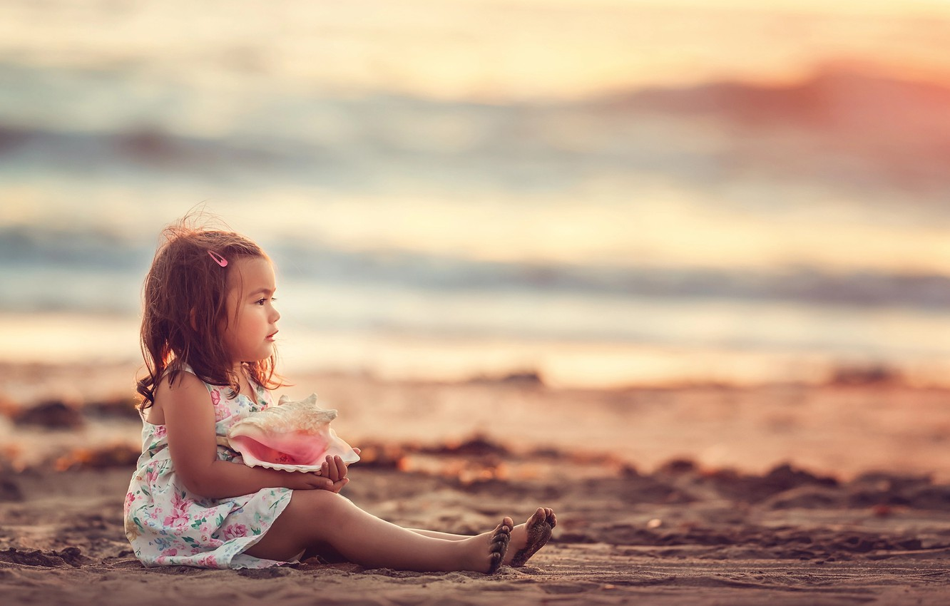 Photo wallpaper sand, sea, look, shore, sink, shell, girl, baby, child, Edie Layland