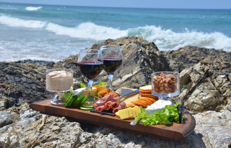 Photo wallpaper sea, stones, wine, food, glasses, picnic